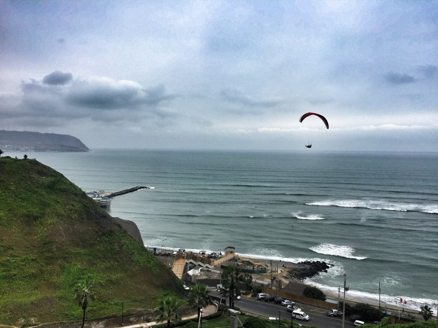 Paraglyder an der Küste in Lima