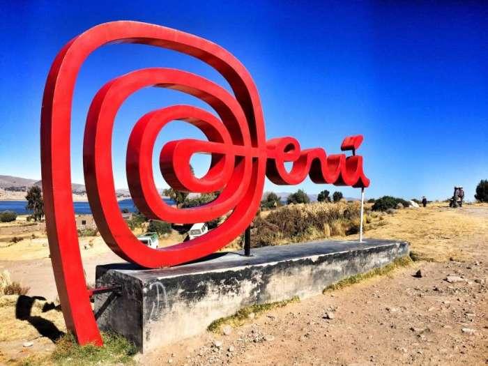 Peru-Logo am Grenzübergang zu Bolivien bei Copacabana am Titicaca-See