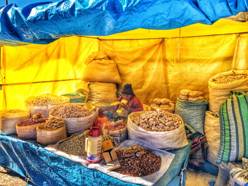 Nüsse und andere Leckereien auf einem Marktstanden im Hochland