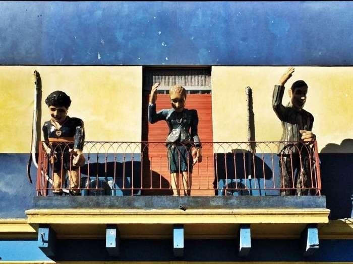 Die Figuren von Maradona, Evita Person und eines Tangotänzers auf einem Balkon in La Boca