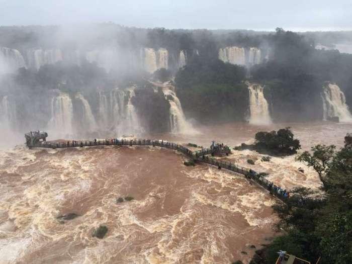 Ein Steg führt auf der brasilianischen Seite in den Wasserfall