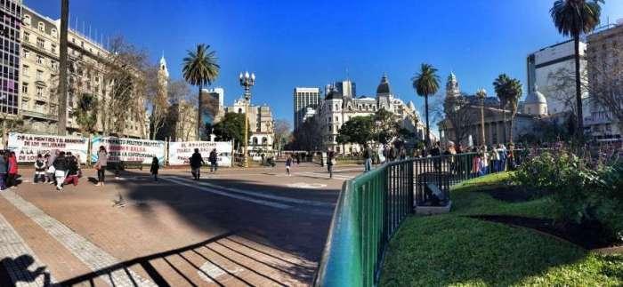 Panorama Plaza Mayor (links: Plakate von Demonstranten, rechts hinten mit Säulen: Kathedrale)