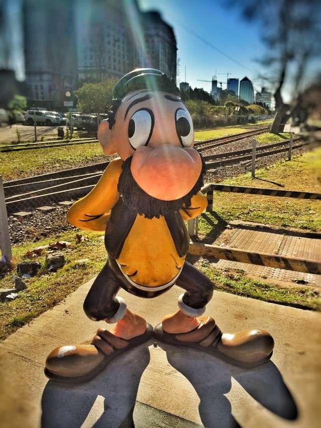 Comic-Figur am alten Hafen