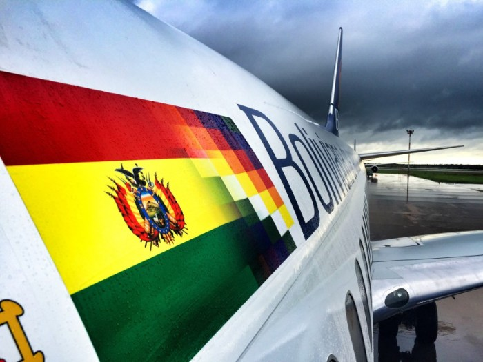 Beide Flaggen vereint (links: traditionell, rechts: neu) an einem Flugzeug der staatlichen Gesellschaft BOA