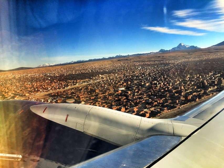 Flug über die Steinwüste der Stadt El Alto