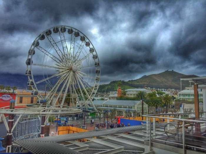 Das Riesenrad gehört zu den Attraktionen an der Waterfront