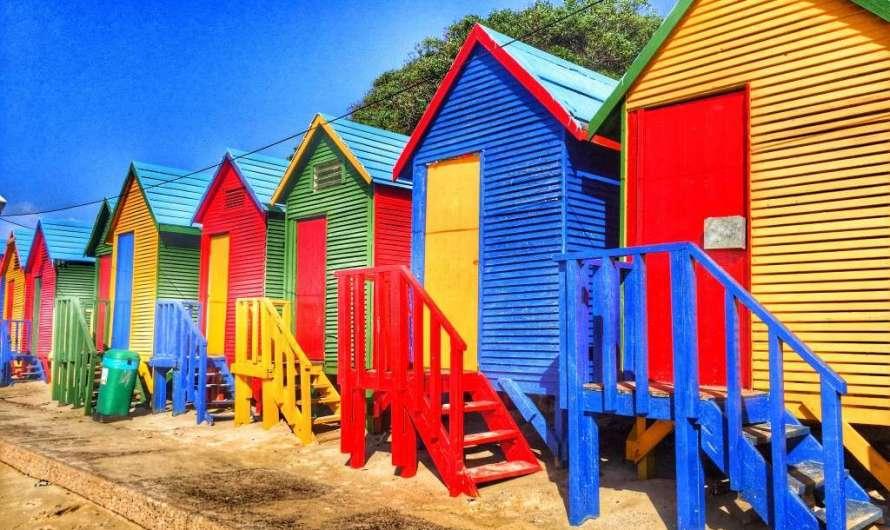 Die bunten Strandhütten bei Kapstadt