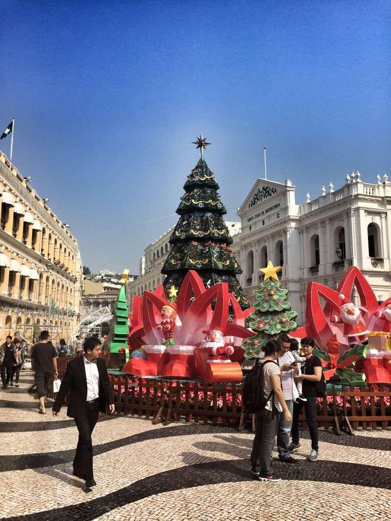 Der geschmückte historische Marktplatz in Macau