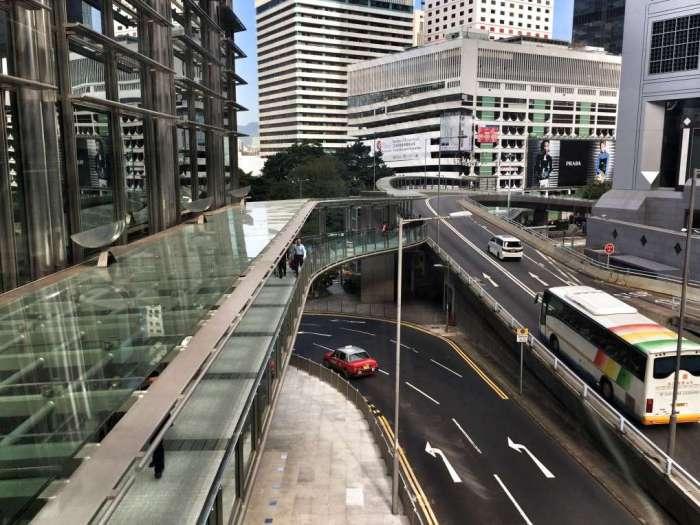 Fußgängerbrücke durchs Bankenviertel
