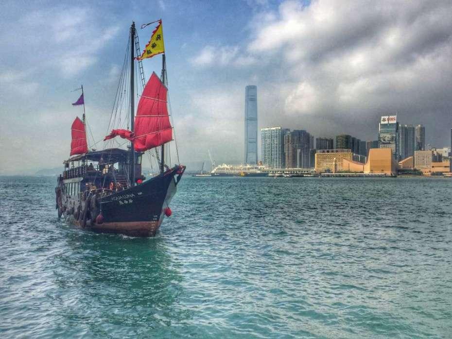 Schiff zwischen Hongkong Island und Kowloon. Im Hintergrund: International Commerce Centre