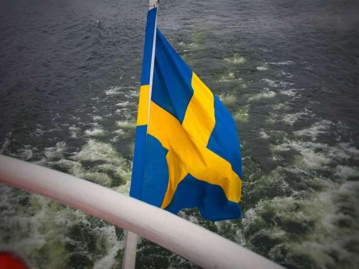 Die schwedische Flagge an einem Boot in Stockholm