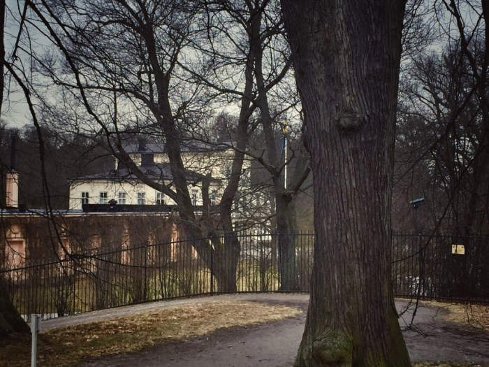 Schloss Haga - verbrogen hinter Bäumen