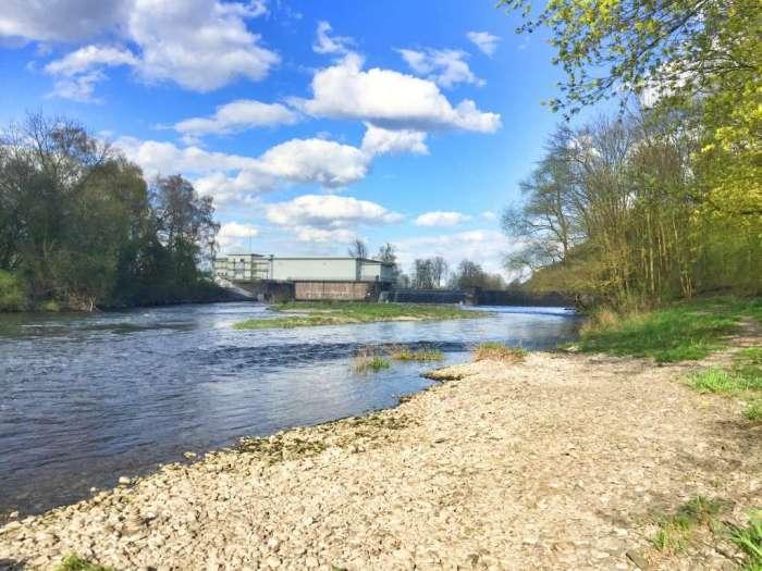 Die Ruhr fließt direkt hinter dem Haus Villigst
