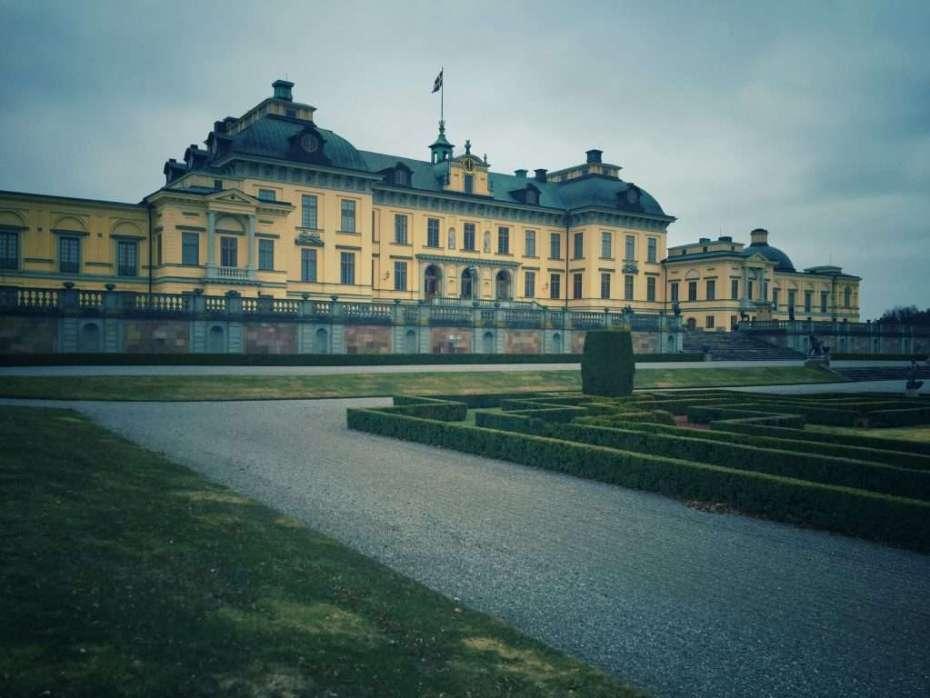 Der Barockgarten (rechts) hinter dem Schloss