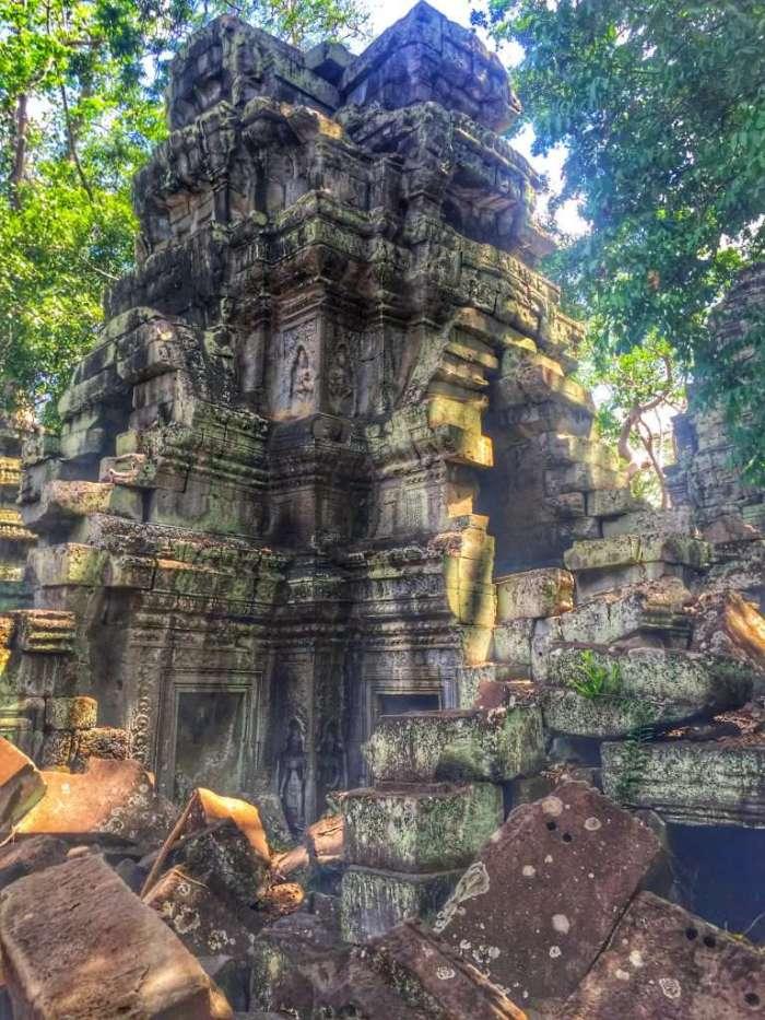 Steine vor der Tempelruine