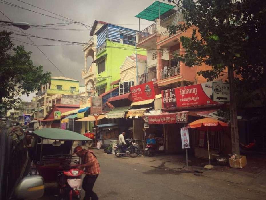 Eine Seitenstraße in der kambodschanischen Hauptstadt