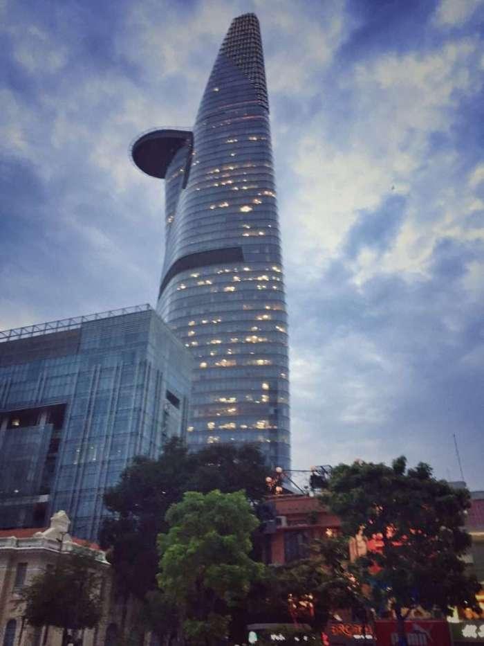 Modernes Hochhaus im Innenstadt-Bezirk