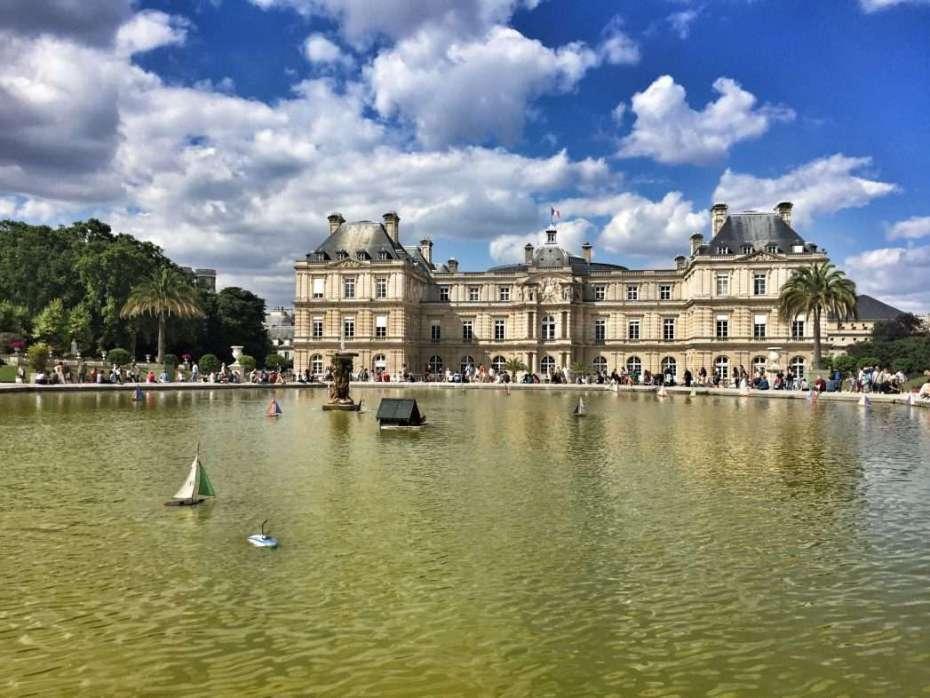 Der Brunnen im Jardin und das Palais