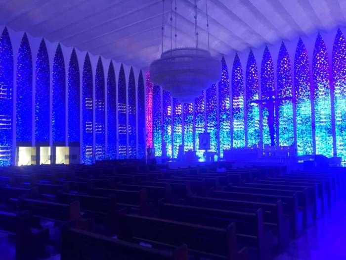 Der Kirchenraum strahlt innen in einem tiefen Blau
