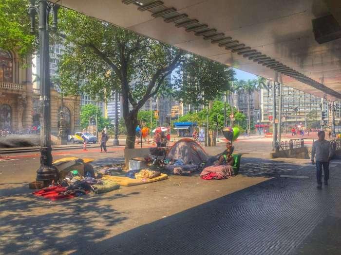 Obdachlose kampieren auf einem Bürgersteig - direkt gegenüber vom historischen Theater