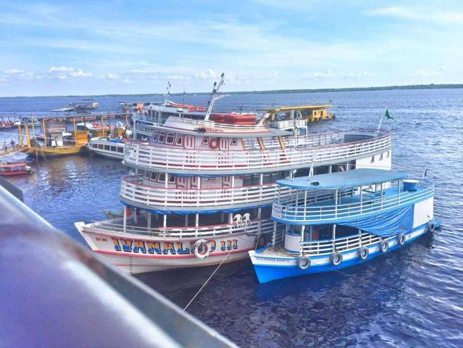 Ausflugsschiffe im Hafen