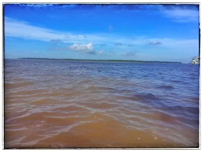 Links das braune Wasser des Rio Negro, rechts das klare des Amazonas'