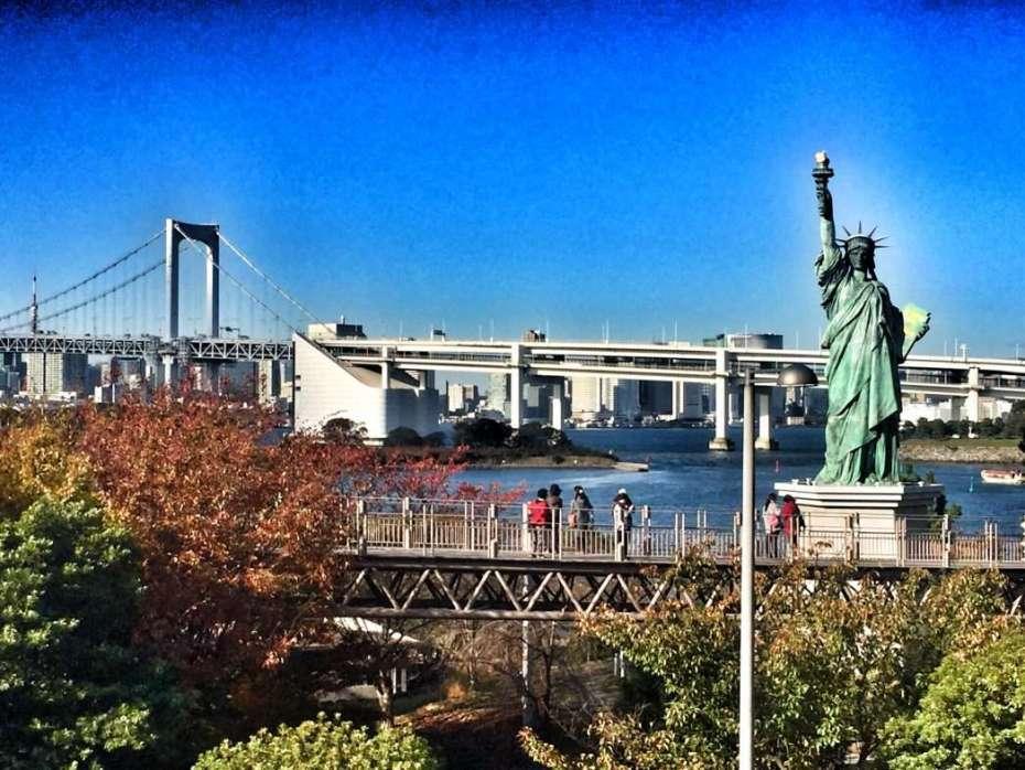 Die Freiheitsstatue vor der Rainbow Bridge in Tokio