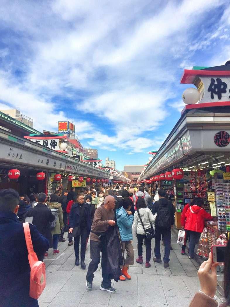 Kleine Ladenstraße vor dem Tempel