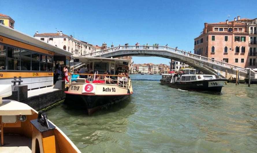 Mit dem Schiff durch Venedig