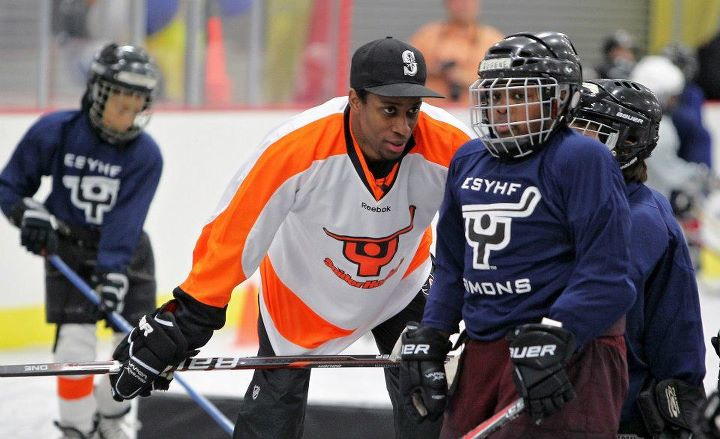 55596bdbb7e Flyers forward Wayne Simmonds gives tips to a Snider Hockey participant.  The program's ice and