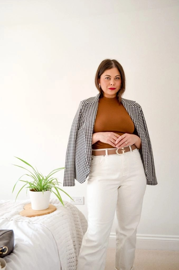 Zara outfit for spring - french style outfit with brown top houndstooth blazer and white jeans