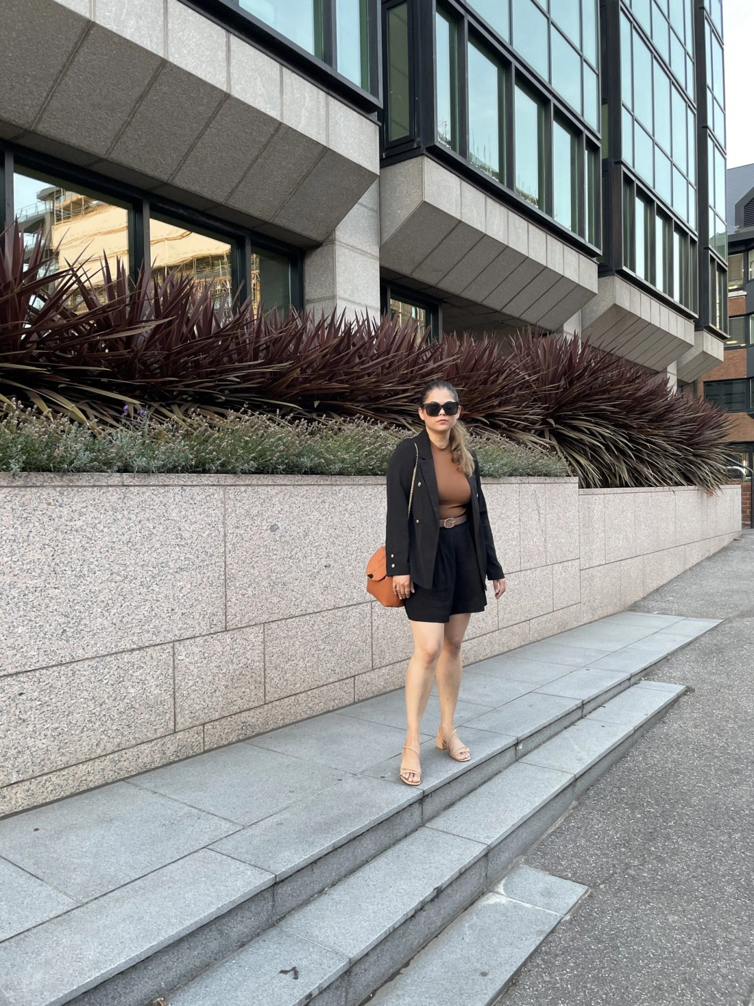 Autumn outfit with pleated burmuda shorts, brown top and blazer. Chic fall outfit. Fall fashion