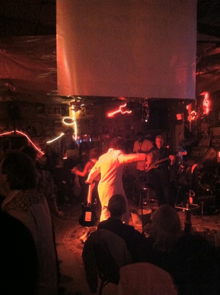 רוברט בילבו ווקר ב- Red's Lounge, נובמבר 2013. צילום: שי גולן