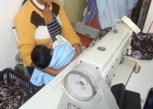 Trabalhadora cuida do filho recém-nascido enquanto trabalha numa oficina de costura. Foto: Repórter Brasil