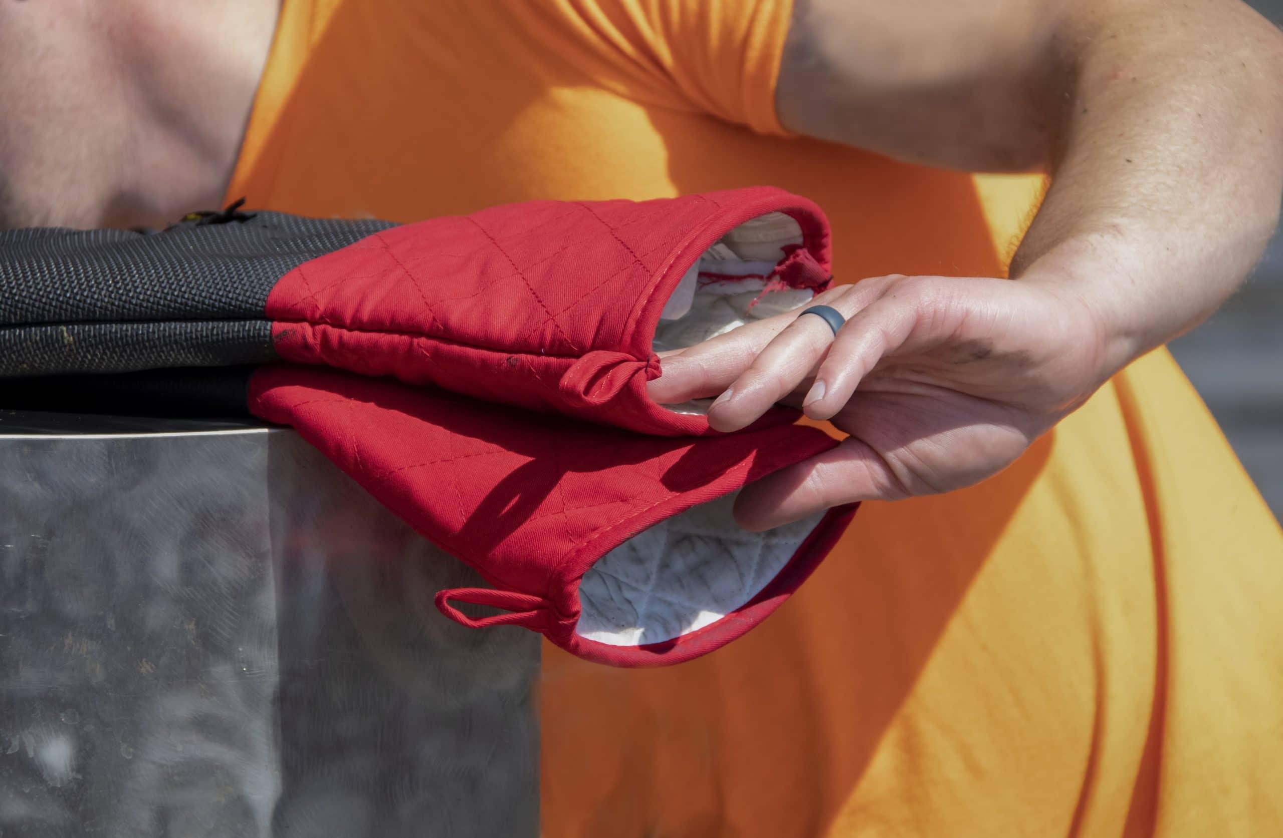 Heat proof BBQ gloves