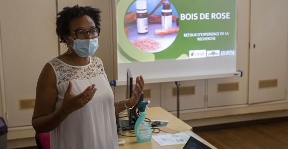 Le Dr Nadine Amusant présentant aux agriculteurs les résultats des recherches sur le bois de rose lors d'un atelier organisé en partenariat avec la CTG dans le cadre des Journées Nationales de l'Agriculture en juin 2021.