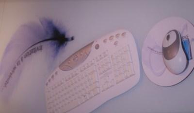 creation signaletique design sur mesure pour entreprise habillage mobilier - by com-empreintes