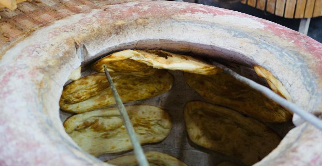 Forno tipico con pane lavash in cottura