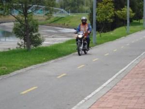 Moto transita por cicloruta_Foto: Andrés Vergara