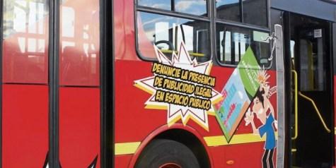 Tres buses del sistema masivo tienen un mensaje que invita a denunciar. Fuente: ADN
