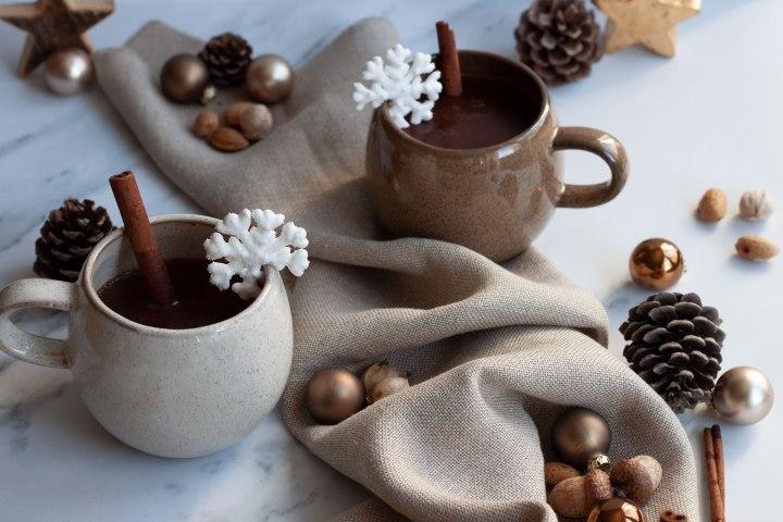 Heiße Schokolade mit Baiser-Schneeflocken