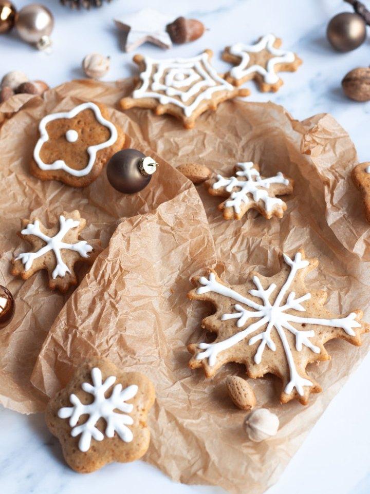 Lebkuchenkekse in Form von Schneeflocken, verziert mit Zuckerguss