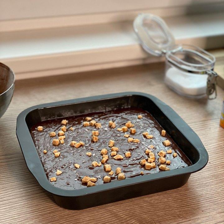 Schokoladenbrownies mit Karamell und Meersalz vor dem Backen