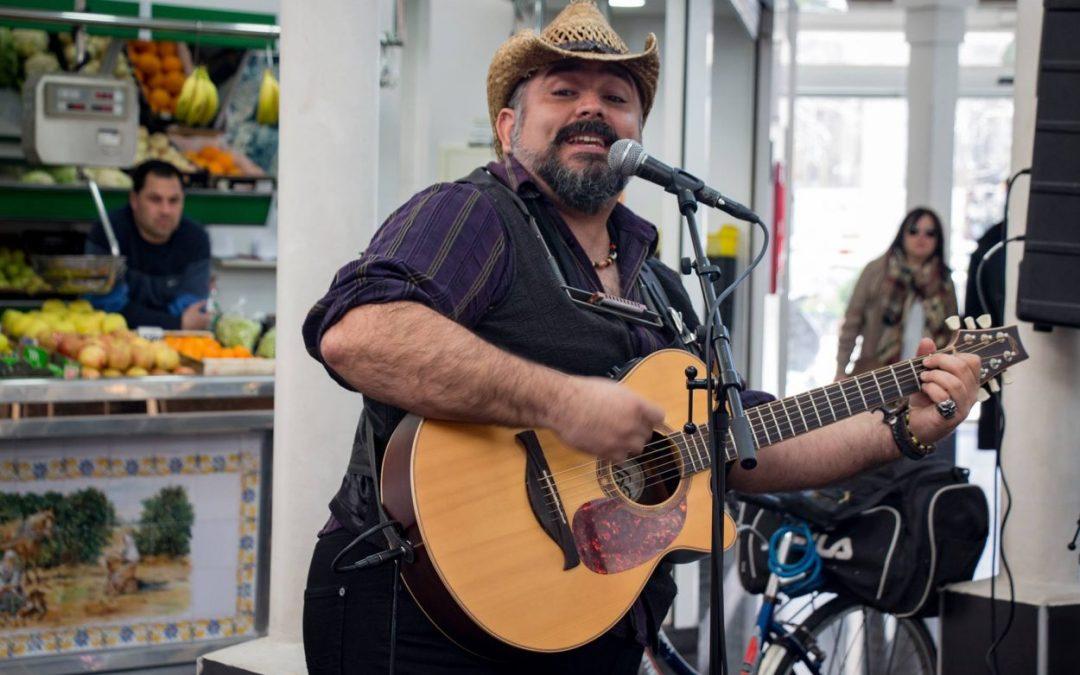 """Els músics de carrer s'estrenen amb """"Del Carrer al Plat"""" al Mercat de Mossén Sorell"""
