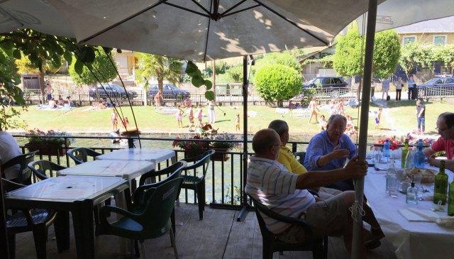 Terraza del Restaurante los Pescadores, con vistas al río Selmo