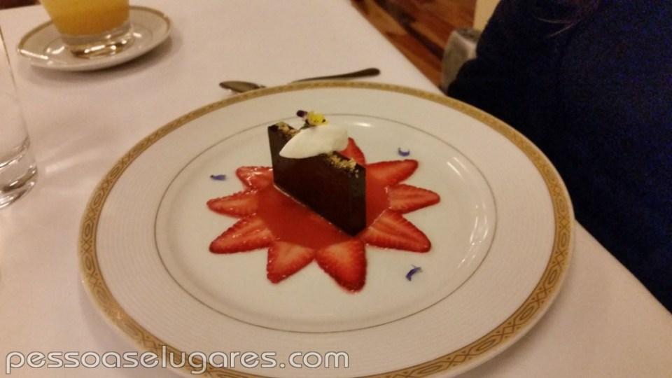 Barrita de chocolate aromatizado con cardamomo, carpaccio de frutos rojos, chantilly con nuez de cajun