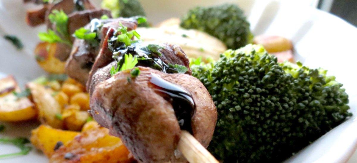 Espetada de Cogumelos, Batatinhas e Grão crocante
