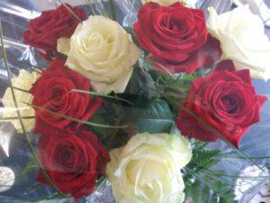 buket med smukke hvide og røde roser på 5 års bryllupsdag