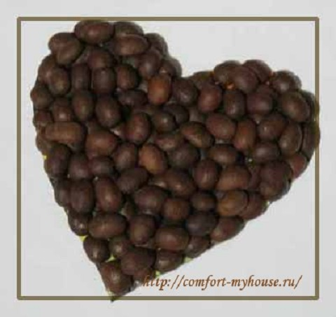 Serdechko v zernah kofe