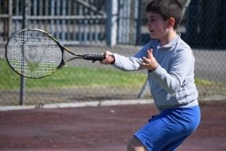 ゴルフやテニスの「手打ち」を改善するには